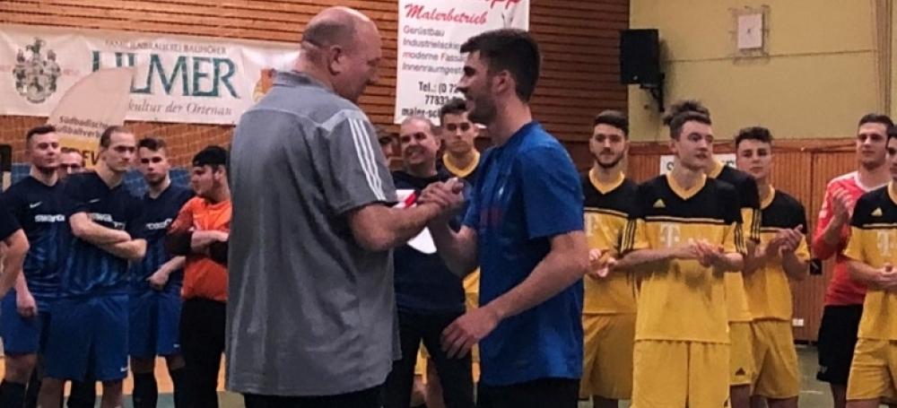 Bezirksjugendwart Vito Voncina mit dem Spielführerdes Turniersiegers